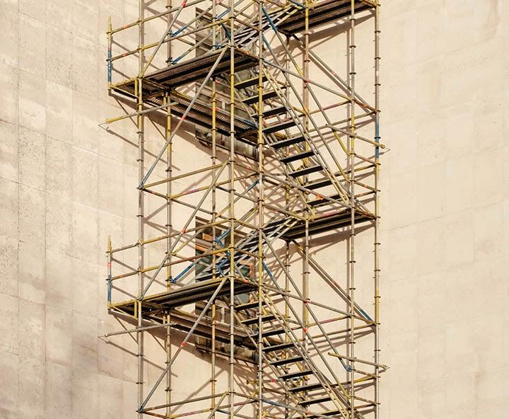 Stillas-langs-vegg-til-arbeid-i-høyden