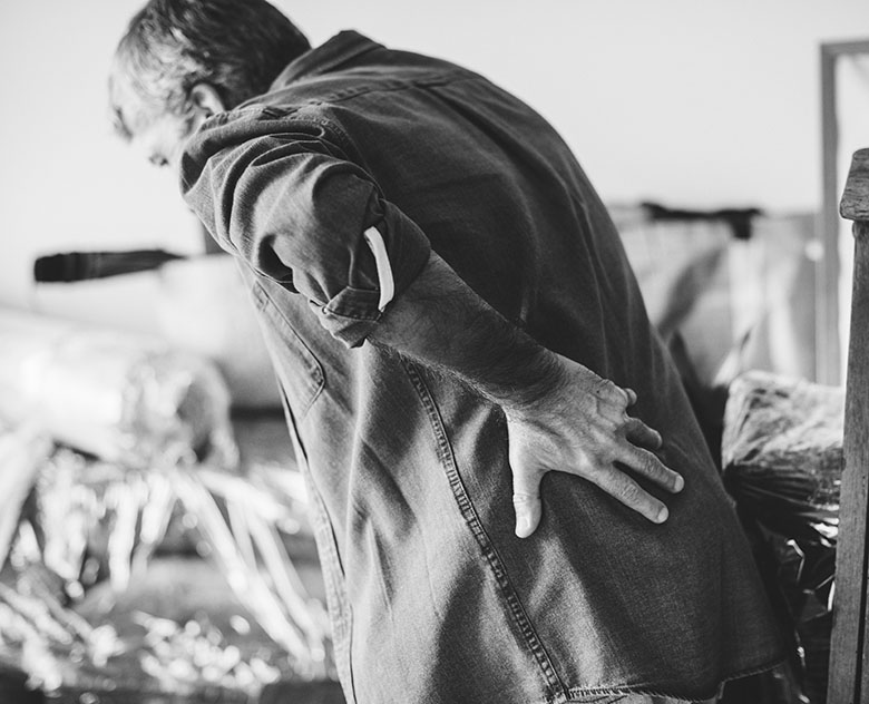 eldre-arbeidstaker-med-ergonomiske-problemer-og-ryggvondt