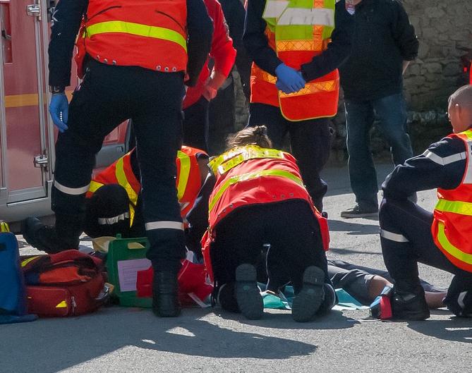 flere-personer-utøver-førstehjelp-på-ulykkesstedet