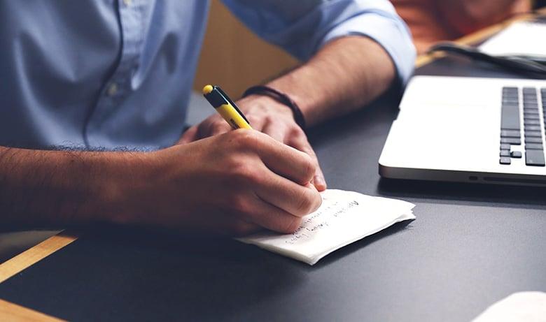 daglig-leder-reviderer-internkontroll-på-notater
