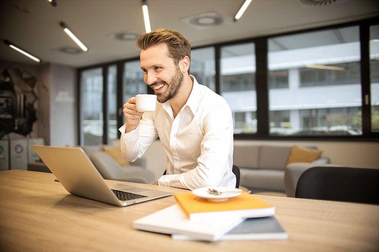 gradert-sykemeldt-mann-drikker-kaffe-og-er-glad-for-å-være-i-arbeid