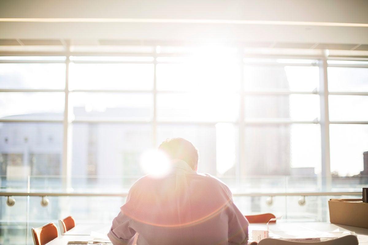 oppfølging av sykefravær på et lyst kontor