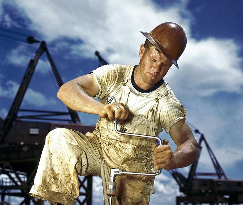 mann-arbeider-i-varmen