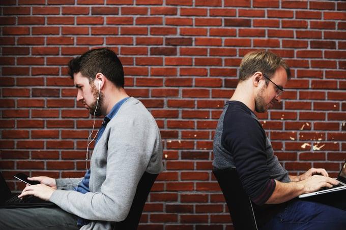 to jobbende menn illustrerer psykososialt arbeidsmiljø